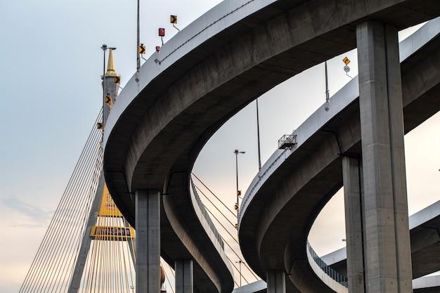 Kurve der hohen wegbrücke Premium Fotos