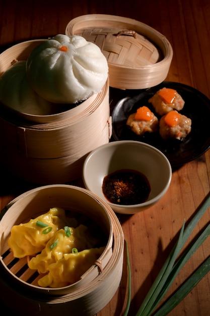 Kurzer schuss von hausgemachten chinesischen knödeln, gedämpften gesalzenen eierschweinebällchen und brötchen Premium Fotos
