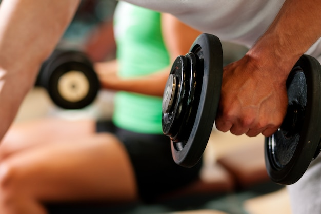 Kurzhanteltraining im fitnessstudio Premium Fotos