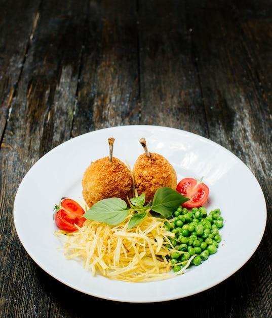 Kyev schnitzel mit knochen, grünen bohnen und nudeln Kostenlose Fotos