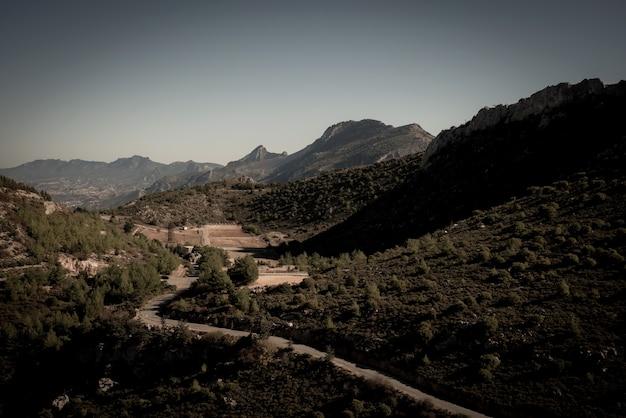 Kyrenia gebirgszug und straße zum schloss st. hilarion. kyrenia bezirk, zypern Kostenlose Fotos