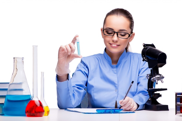 Laborchemiker, der mit mikroskop und rohren arbeitet Premium Fotos