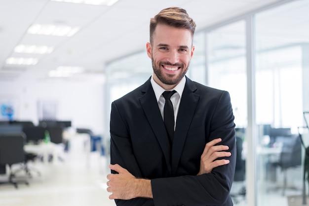 Lächelnder Mann mit den gekreuzten Armen Kostenlose Fotos
