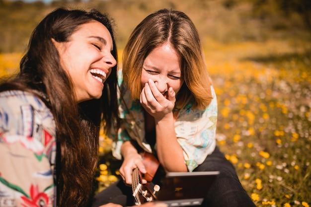 Lachende frauen mit bild Kostenlose Fotos
