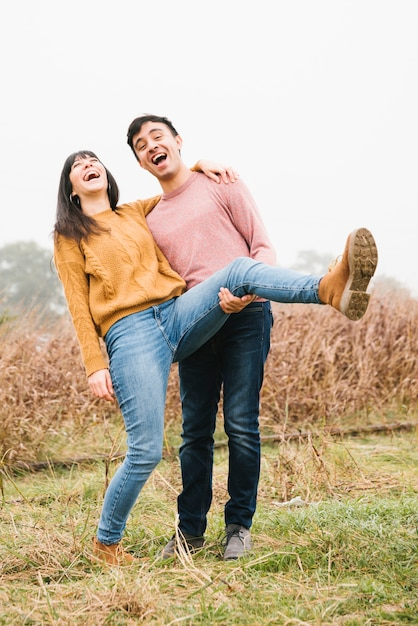 Lachende junge paare in der natur Kostenlose Fotos