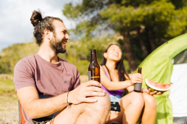 Lachendes paar beim picknick Kostenlose Fotos