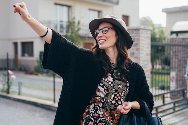 Lachendes per anhalter fahren der jungen schönheit des porträts im freien Premium Fotos