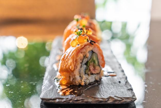 Lachs-Sushi-Rollen mit Foie Gras Premium Fotos