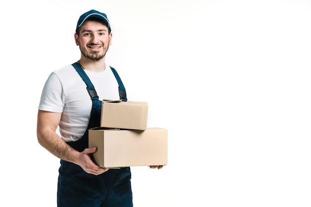 Lächelnd kurier mit paketen Kostenlose Fotos