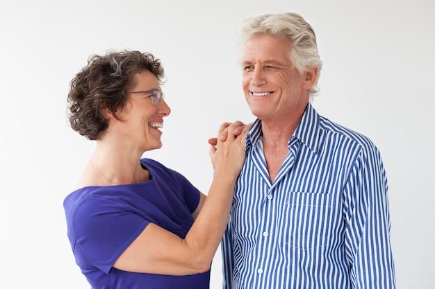 Lächelnde ältere paare, reden und umarmen Kostenlose Fotos