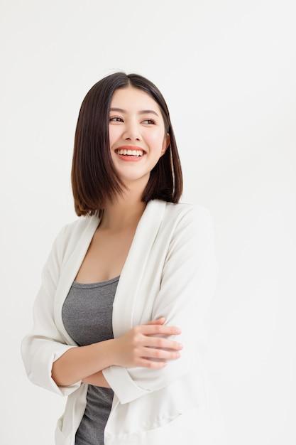 Lächelnde asiatische stehende und schauende geschäftsfrau Premium Fotos