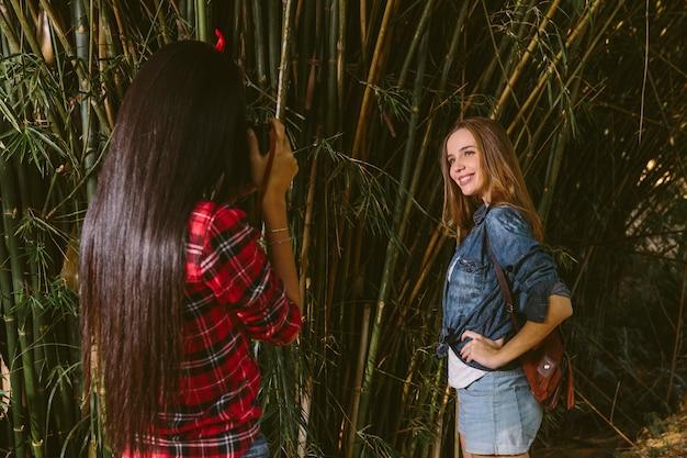 Lächelnde aufwerfende frau während ihr freund foto mit kamera macht Kostenlose Fotos