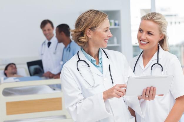 Lächelnde doktoren, die miteinander sprechen Premium Fotos