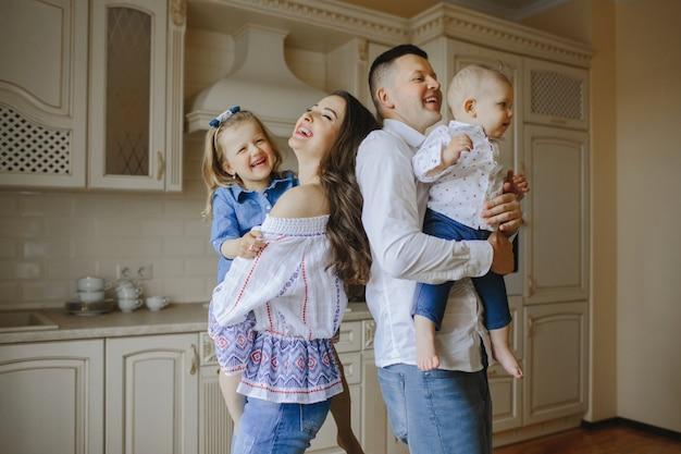 Lächelnde eltern mit glücklichen kindern Kostenlose Fotos