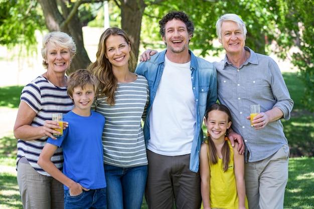 Lächelnde familienstellung Premium Fotos