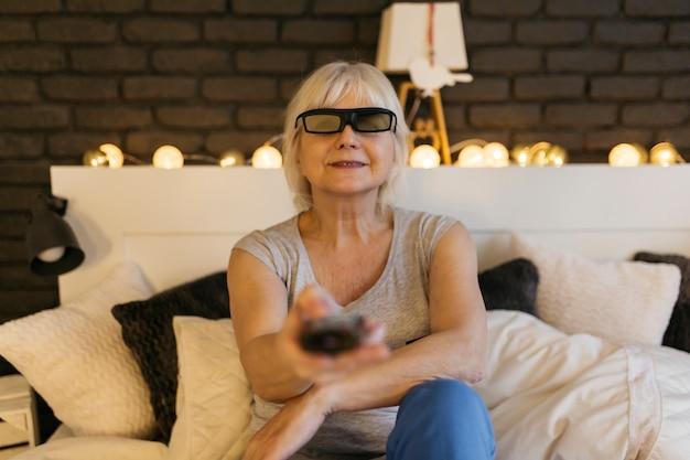 Lächelnde frau in den gläsern 3d, die fernsehen Kostenlose Fotos