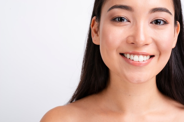 Lächelnde frau mit gesundem hautabschluß herauf porträt Kostenlose Fotos