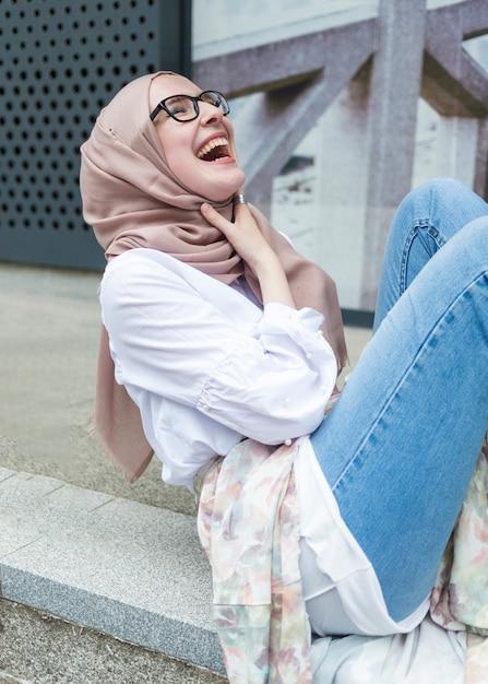 Lächelnde frau mit weißem hemd Kostenlose Fotos