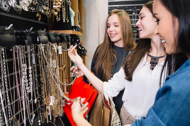 Lächelnde frauen posieren im bijouterie-shop Kostenlose Fotos
