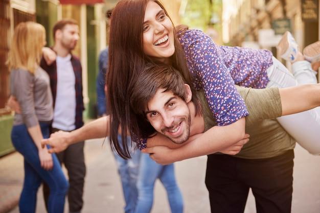 Lächelnde freunde genießen den sommer auf der straße Kostenlose Fotos