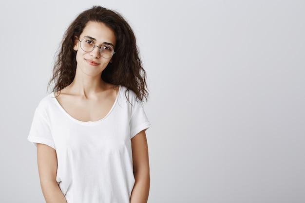 Lächelnde freundliche frau in den gläsern suchen Kostenlose Fotos
