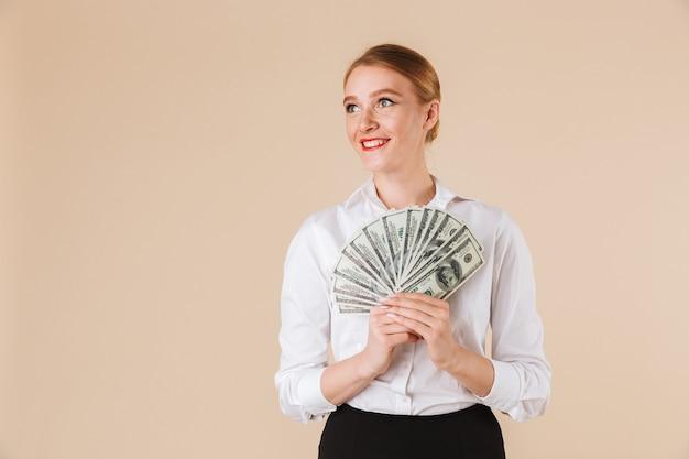 Lächelnde geschäftsfrau, die geld zeigt Premium Fotos