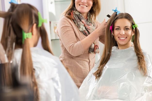 Lächelnde junge frau in einem friseursalon Premium Fotos