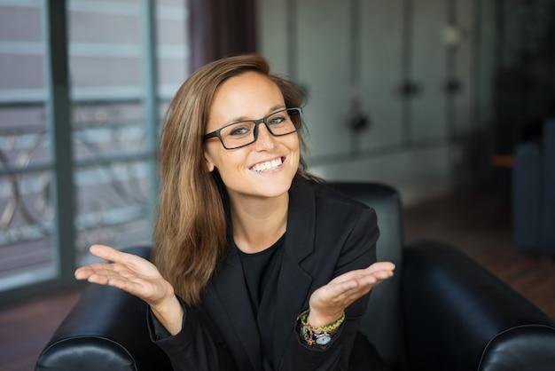 0a27461cd212 Lächelnde junge schöne braunhaarige frau, die kamera betrachtet und ...