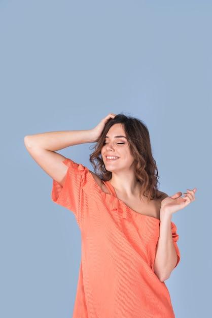 Lächelnde leidenschaftliche frau im blusenholdingkopf Kostenlose Fotos
