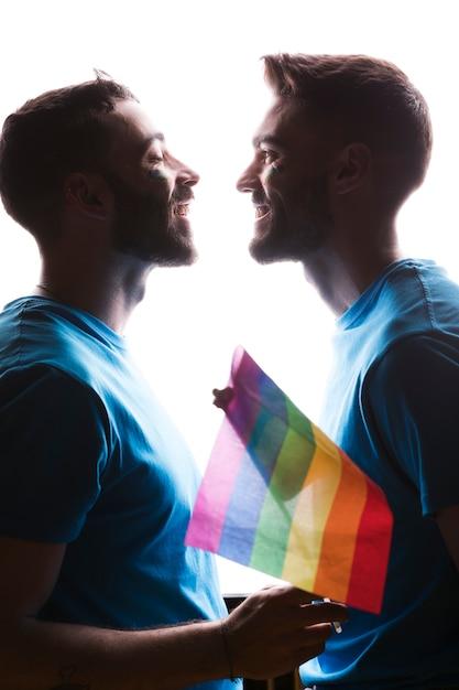 Lächelnde männer mit lgbt-flagge Kostenlose Fotos