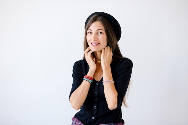 Lächelnde modehippie-frau Kostenlose Fotos