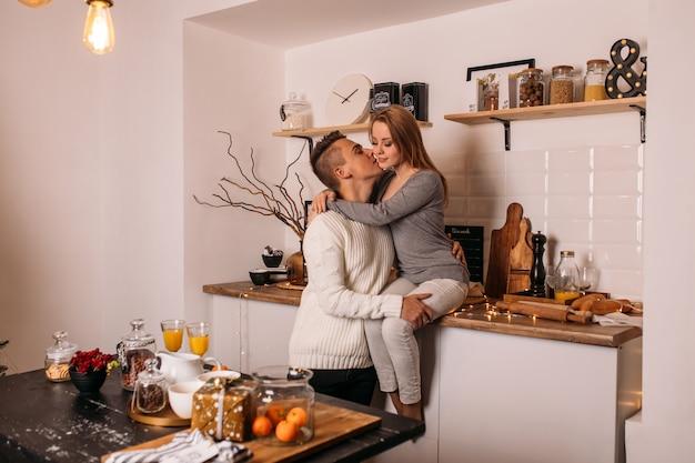 Lächelnde paare in der liebe in der küche zu hause Premium Fotos