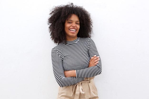 Lächelnde schwarze frau in gestreiftem hemd mit den armen gekreuzt Premium Fotos