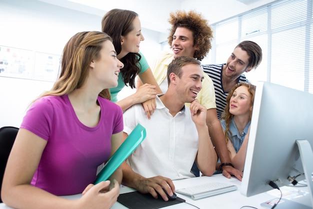 Lächelnde studenten in der computerklasse Premium Fotos