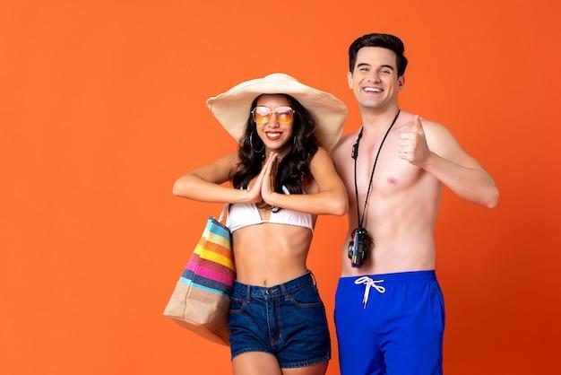 Lächelnde touristen des glücklichen paars der junge in der zufälligen sommerkleidung Premium Fotos