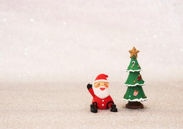 Lächelnde weihnachtsmann mit einem weihnachtsbaum Kostenlose Fotos