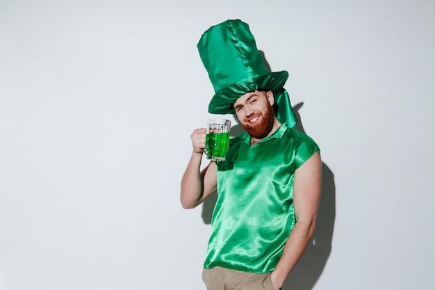 Lächelnder bärtiger mann im grünen kostüm Kostenlose Fotos