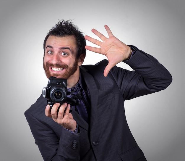 Lächelnder busnessman benutzt seine berufskamera, um ein selfie zu machen Premium Fotos