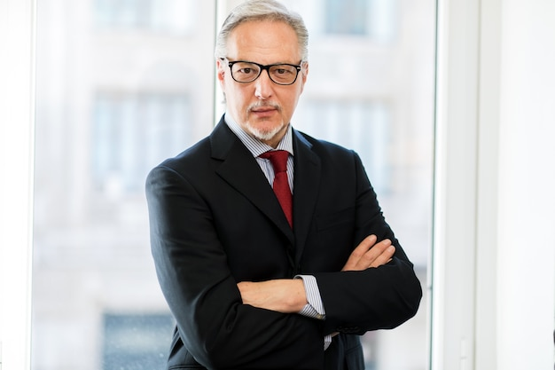 Lächelnder geschäftsmann in seinem büro Premium Fotos