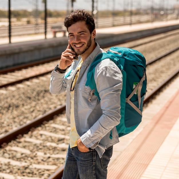 Lächelnder mann am telefon sprechen Kostenlose Fotos