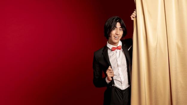 Lächelnder mann, der für chinesisches neues jahr aufwirft Kostenlose Fotos