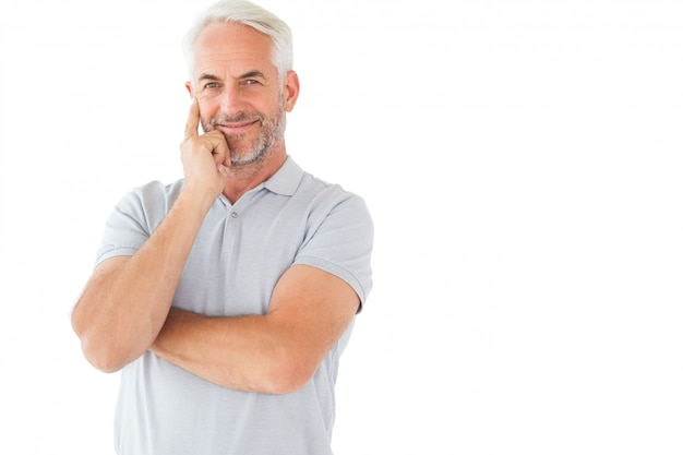Lächelnder mann, der mit den armen gekreuzt aufwirft Premium Fotos