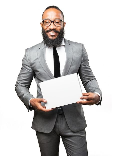 Lächelnder mann mit einem kasten Kostenlose Fotos