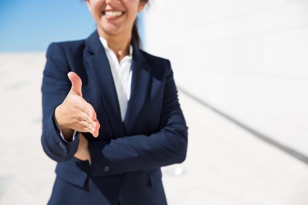 Lächelnder personalmanager, der mit dem erhalten des jobs gratuliert Kostenlose Fotos
