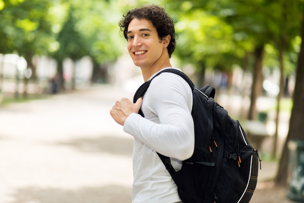 Lächelnder student im freien in einem collegehof Premium Fotos