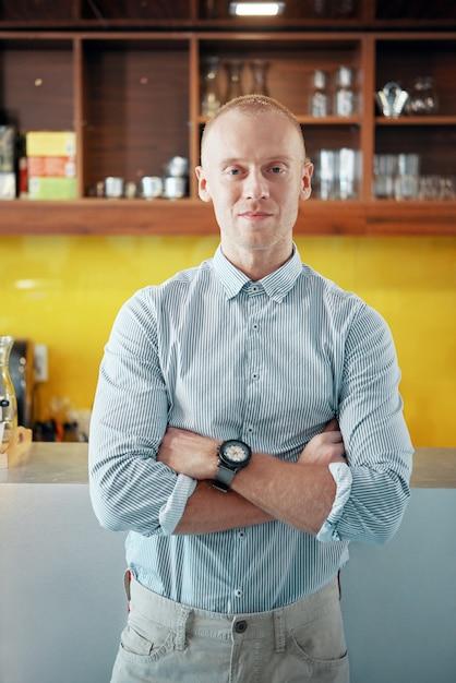 Lächelnder überzeugter manager der cafeteria Kostenlose Fotos