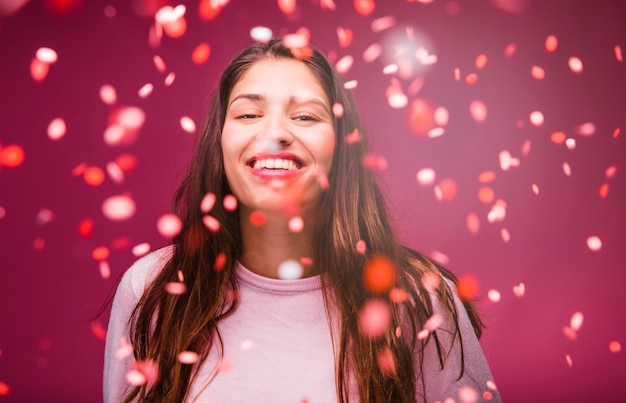 Lächelndes brunettemädchen mit konfetti Kostenlose Fotos