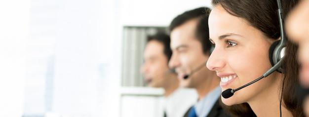 Lächelndes call-center-team, panoramische fahne Premium Fotos