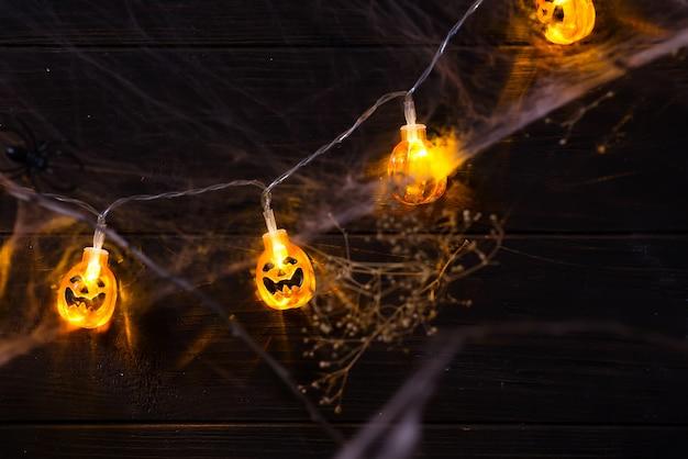 Lächelndes gesicht halloween-kürbisorange jack o'lanterns mit als kerzenlicht beleuchtet Premium Fotos