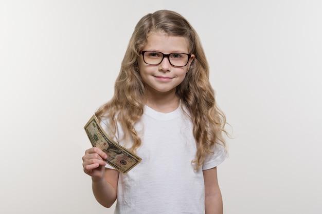 Lächelndes kleines mädchen mit bargeld Premium Fotos